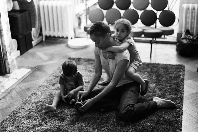 Une maman joue au sol avec son garçon et sa fille