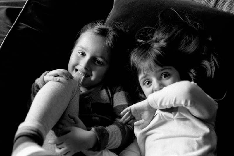 Photo en noir et blanc de deux enfants en plein jeu