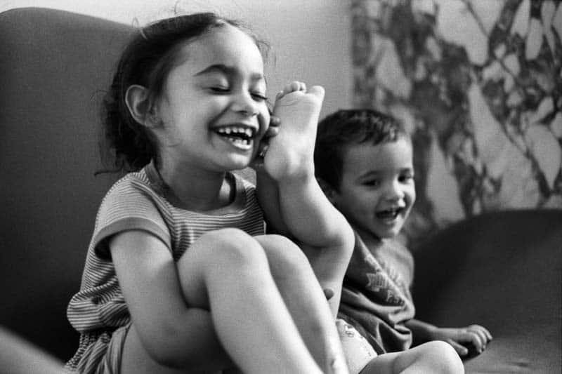 Un jeune garçon donne un coup de pied à une fille