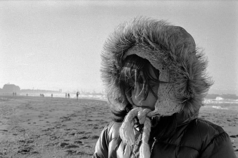 Portrait d'une fille sur la plage en hiver