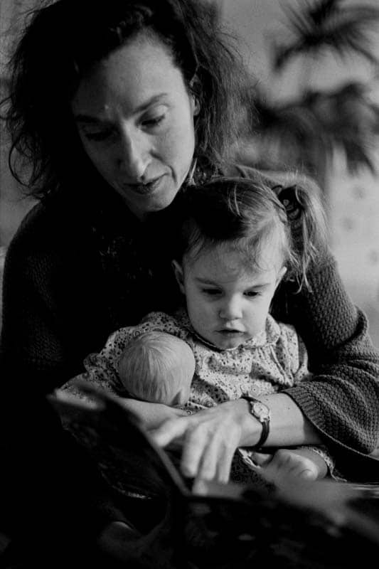 Black and white photo of a mother and her daughter in Brussels