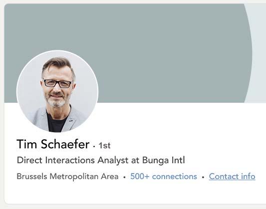 Exemple de profil LinkedIn d'un homme portant une veste grise sur la photo du cv.