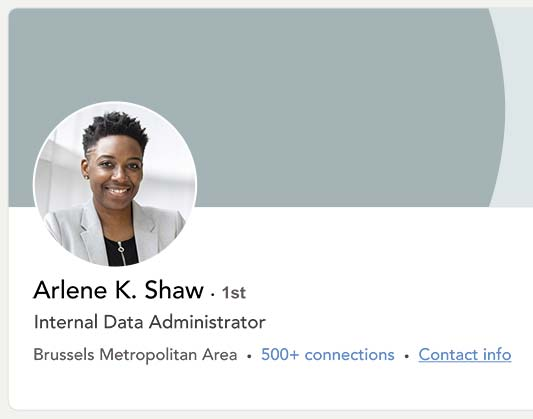 CV Linkedin d'une jeune femme noire aux cheveux courts qui sourit sur la photo.