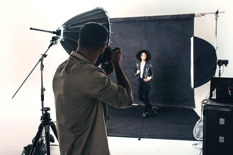 Un photographe professionnel photographie son modèle en studio