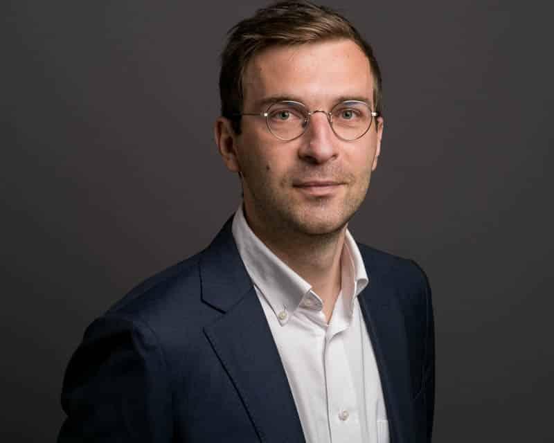 Portrait LinkedIn d'un homme élégant portant une chemise blanche et une veste marine