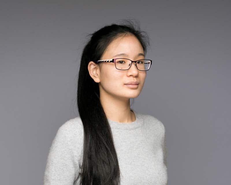 Photo LinkedIn d'ne femme portant des lunettes et un pull gris