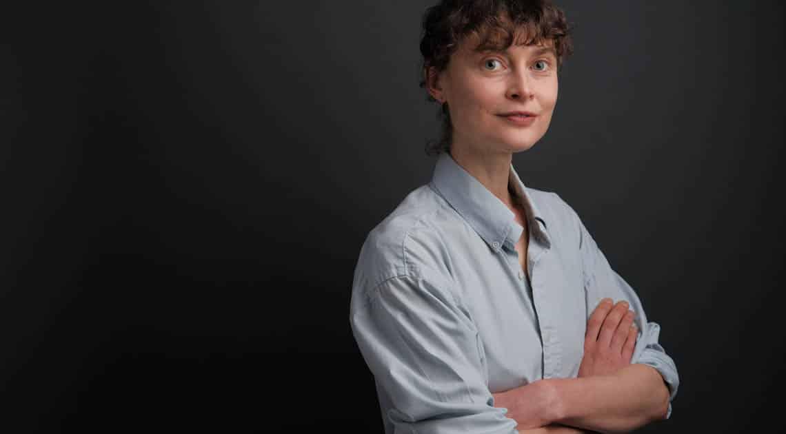 Portrait LinkedIn d'une jeune femme sur fond sombre