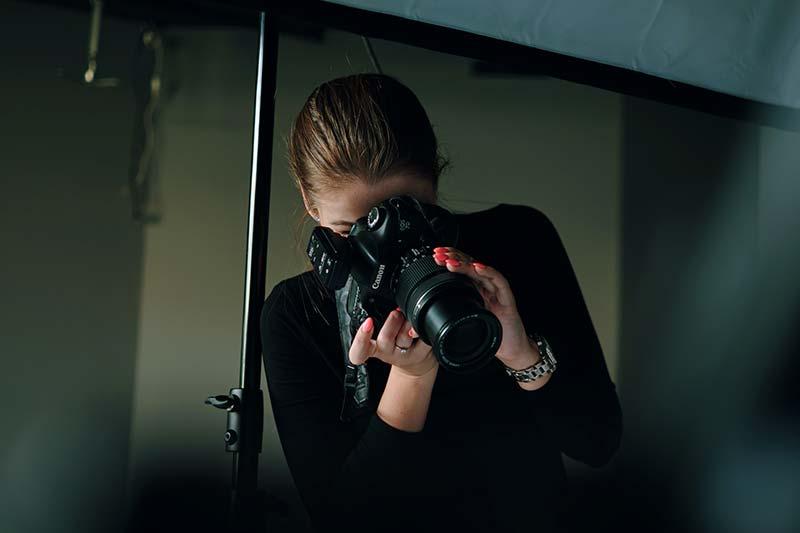 Une photographe professionnelle fait une image lors d'une séance en studio