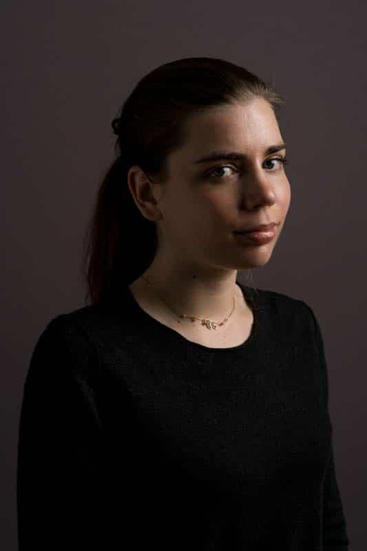Portrait pris en studio d'une femme portant un pull noir
