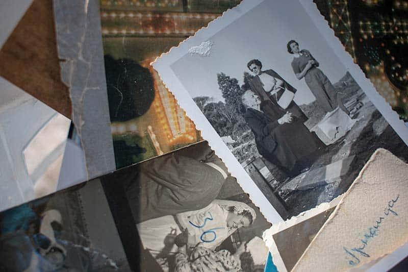D'anciennes photos de famille sont posées en vrac, les unes sur les autres