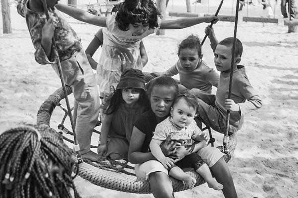 Photo d'enfants jouant dans une plaine de jeux