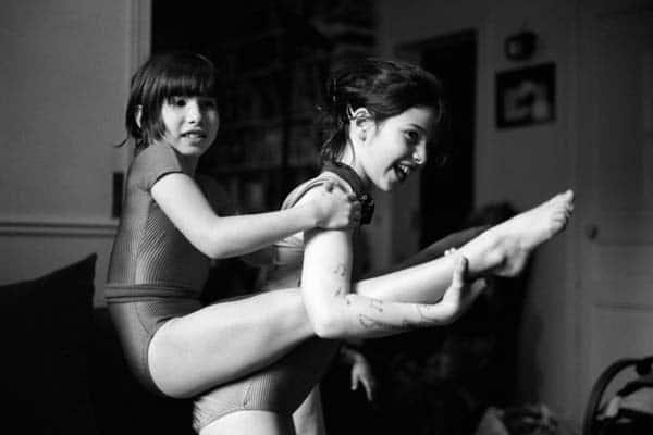 Photo de famille en noir et blanc de deux soeurs qui jouent ensemble