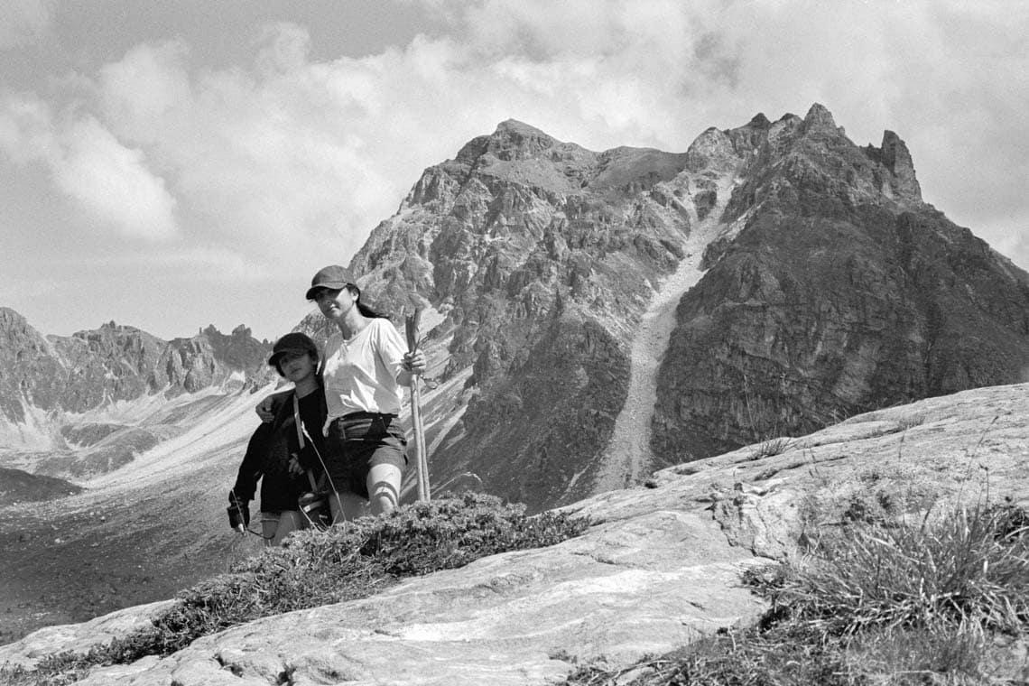 Photo de famille en noir et blanc d'une maman et sa fille au sommet de la montagne