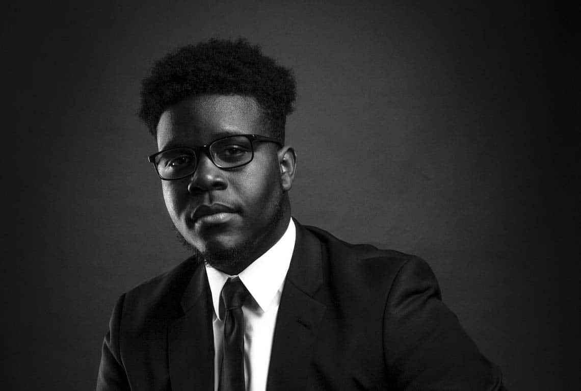 Photo LinkedIn en noir et blanc d'un homme en costume cravate