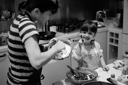 Une petite fille fait un gateau au chocolat dans la cuisine
