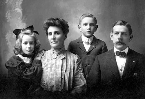 Photo en noir et blanc d'un homme, une femme et leurs deux enfants au début du 20ème siècle