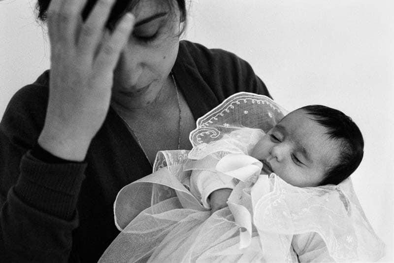 Photo noir et blanc d'un nouveau-né dans les bras de sa maman
