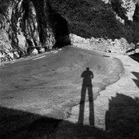 Autoportrait en noir et blanc de David Sdika sur une route de montagne