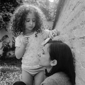 Une enfant coiffe sa maman