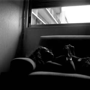 Portrait en noir et blanc d'une femme allongée sur un canapé